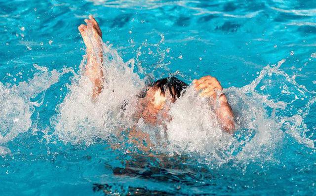Thêm 1 trẻ bị đuối nước thương tâm tại bể bơi: Bố mẹ cần 'nằm lòng' điều này để kịp cứu con khi gặp họa - Ảnh 1
