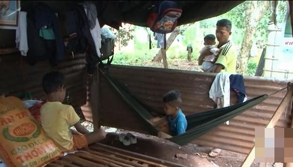 Vợ mất, chồng nén đau nuôi 3 con thơ dại: 'Chỉ ước có chai mắm cho các cháu ăn cơm, sao mà khó quá!' - Ảnh 2