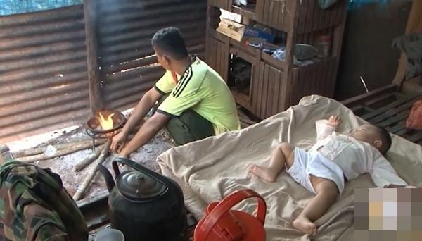 Vợ mất, chồng nén đau nuôi 3 con thơ dại: 'Chỉ ước có chai mắm cho các cháu ăn cơm, sao mà khó quá!' - Ảnh 4