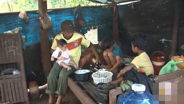 Vợ mất, chồng nén đau nuôi 3 con thơ dại: 'Chỉ ước có chai mắm cho các cháu ăn cơm, sao mà khó quá!' - Ảnh 5