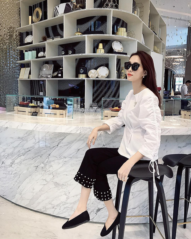 """Đối lập như Hà Tăng và Hoa hậu Thu Thảo: Cùng mê áo trắng nhưng người đậm chất công sở, người lại 'hack"""" tuổi tài tình - Ảnh 2"""