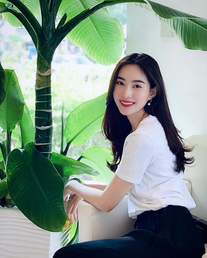 """Đối lập như Hà Tăng và Hoa hậu Thu Thảo: Cùng mê áo trắng nhưng người đậm chất công sở, người lại 'hack"""" tuổi tài tình - Ảnh 3"""