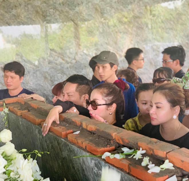 Hoài Linh khóc, nhớ kỷ niệm cũ khi tiễn biệt nghệ nhân Thành Giao - Ảnh 2
