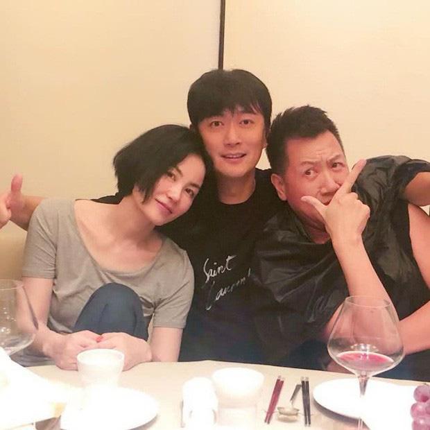 Thêm 1 căp đôi 'chị em' tan vỡ: Vương Phi đá Tạ Đình Phong hẹn hò trai trẻ, kịch bản y hệt vụ Goo Hye Sun ly hôn? - Ảnh 3