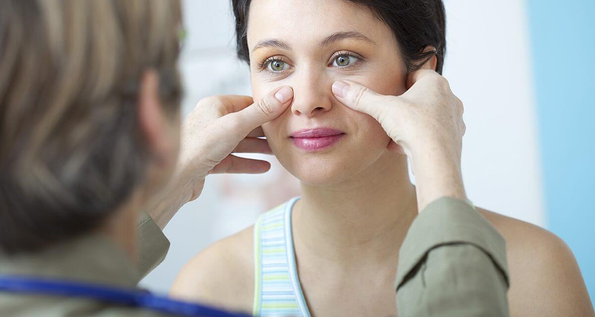 Biểu hiện bệnh viêm xoang mũi rõ ràng nhất là cảm giác đau quanh má, chảy dịch, sốt nhẹ