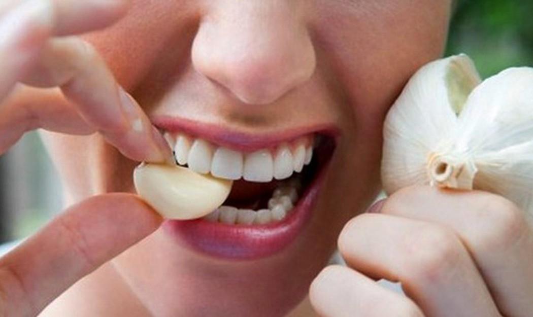Ăn tỏi tươi cũng giúp giảm các triệu chứng của bệnh viêm xoang mũi