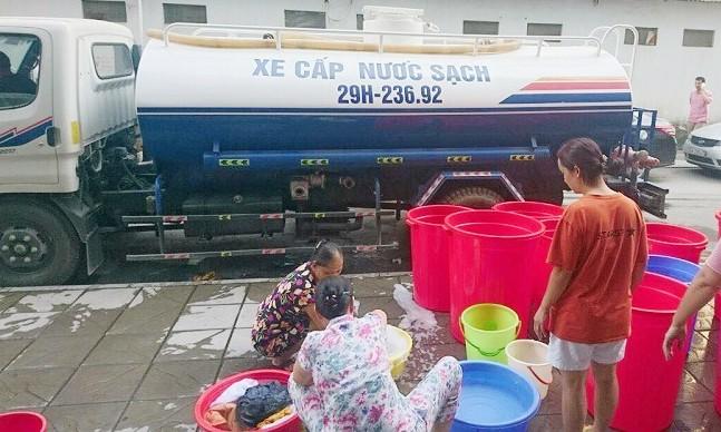 Dân chung cư cao cấp mang xô, chậu xếp hàng chờ mua nước - Ảnh 1