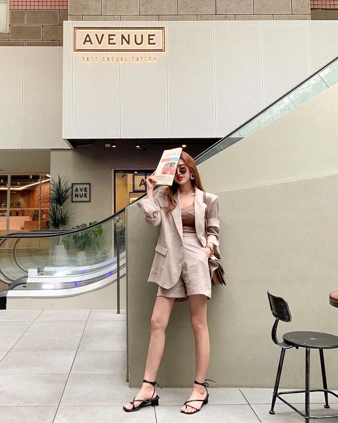 Giữa mùa thu nắng gió khó lường, bạn nên thủ sẵn 4 mẫu áo khoác nhẹ nhàng mà chất ngất sau đây - Ảnh 11