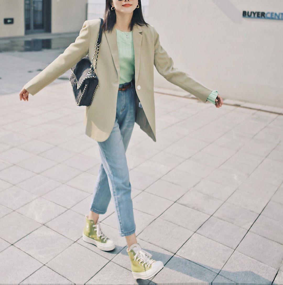 Giữa mùa thu nắng gió khó lường, bạn nên thủ sẵn 4 mẫu áo khoác nhẹ nhàng mà chất ngất sau đây - Ảnh 12