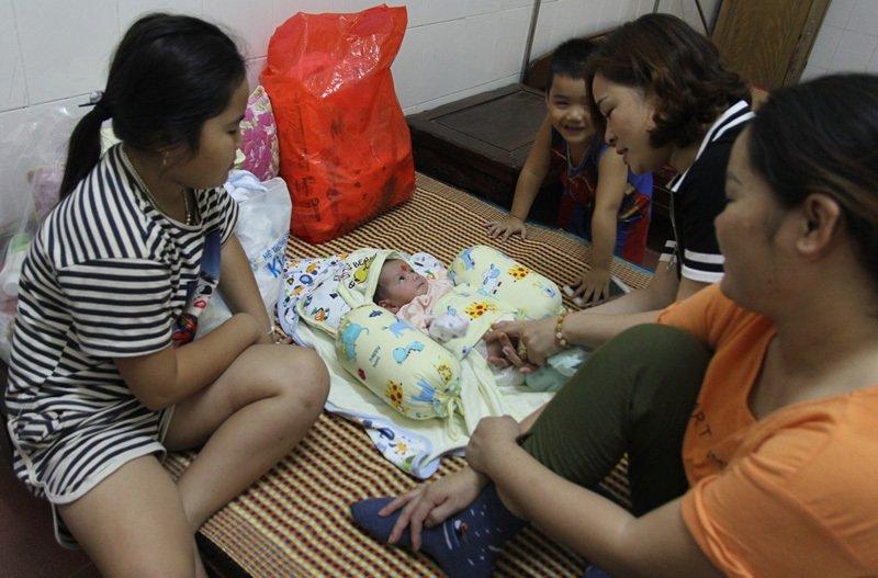 Mẹ trẻ bỏ rơi bé trai 2 tháng bên đường ở Nghệ An - Ảnh 2