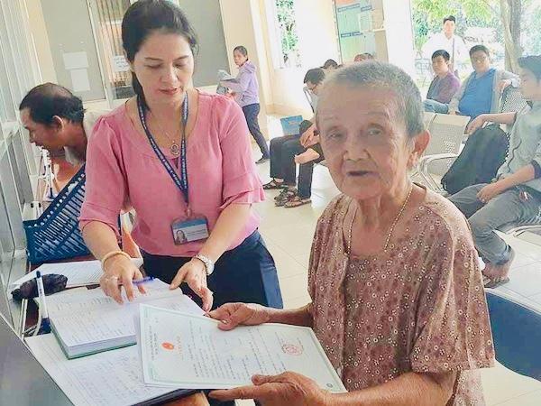 Bà cụ ngủ gầm cầu Sài Gòn từ nhỏ, 82 tuổi được làm giấy khai sinh - Ảnh 1
