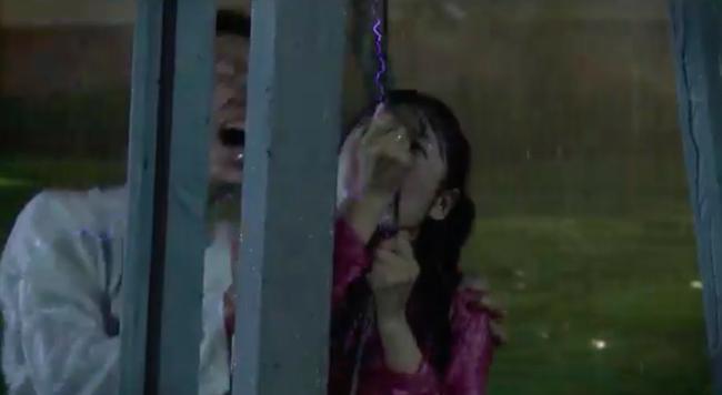 'Tiếng sét trong mưa': Kết phim lộ cảnh Phượng tự sát bằng điện giật nhưng Xuân cũng chết theo vì cứu cô? - Ảnh 6