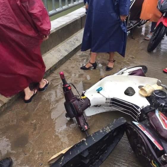 Cảm động chàng 'soái ca' không chút do dự, bất chấp mưa bão lao xuống sông cứu người bị nạn - Ảnh 1