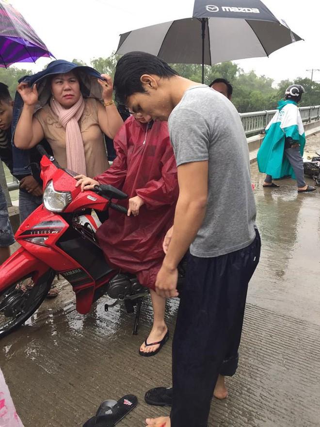 Cảm động chàng 'soái ca' không chút do dự, bất chấp mưa bão lao xuống sông cứu người bị nạn - Ảnh 2