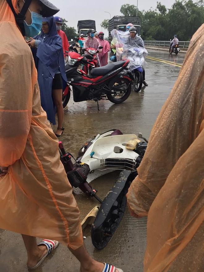 Cảm động chàng 'soái ca' không chút do dự, bất chấp mưa bão lao xuống sông cứu người bị nạn - Ảnh 4