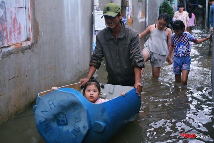 Mưa ngập lịch sử ở TP. HCM: Người dân kết bè thả ra đường, thích thú túm tụm chụp ảnh vui chơi giữa biển nước - Ảnh 12
