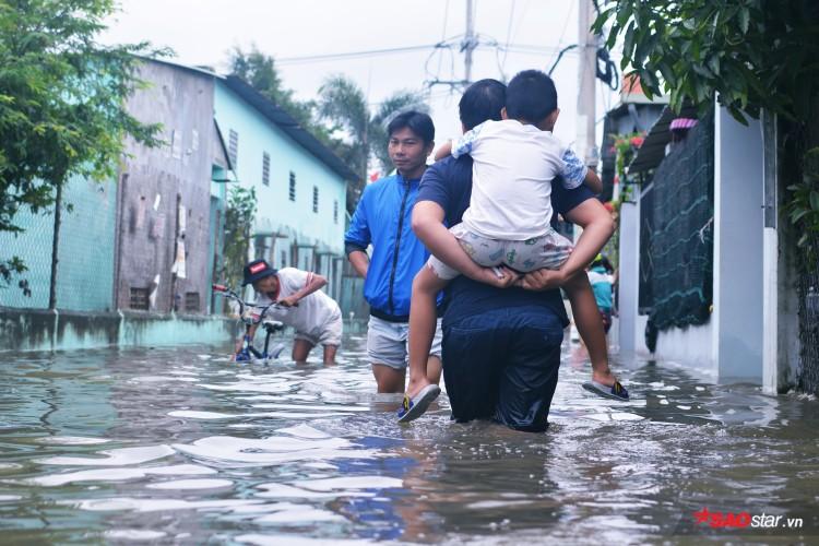 Mưa ngập lịch sử ở TP. HCM: Người dân kết bè thả ra đường, thích thú túm tụm chụp ảnh vui chơi giữa biển nước - Ảnh 13