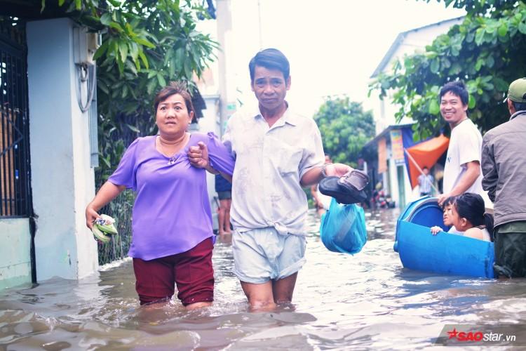 Mưa ngập lịch sử ở TP. HCM: Người dân kết bè thả ra đường, thích thú túm tụm chụp ảnh vui chơi giữa biển nước - Ảnh 14
