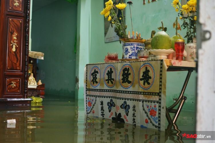 Mưa ngập lịch sử ở TP. HCM: Người dân kết bè thả ra đường, thích thú túm tụm chụp ảnh vui chơi giữa biển nước - Ảnh 3