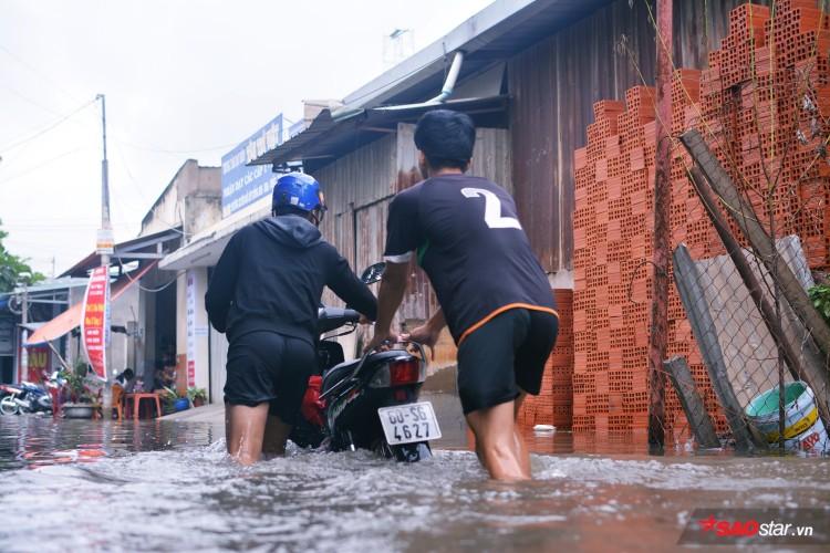 Mưa ngập lịch sử ở TP. HCM: Người dân kết bè thả ra đường, thích thú túm tụm chụp ảnh vui chơi giữa biển nước - Ảnh 4