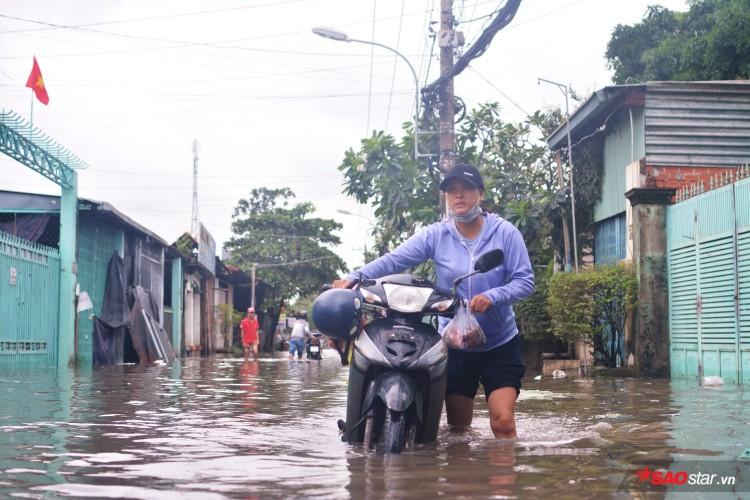 Mưa ngập lịch sử ở TP. HCM: Người dân kết bè thả ra đường, thích thú túm tụm chụp ảnh vui chơi giữa biển nước - Ảnh 5