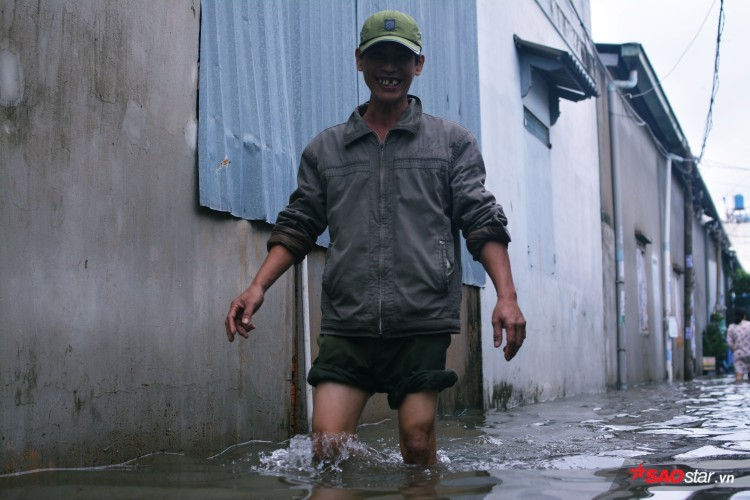 Mưa ngập lịch sử ở TP. HCM: Người dân kết bè thả ra đường, thích thú túm tụm chụp ảnh vui chơi giữa biển nước - Ảnh 8