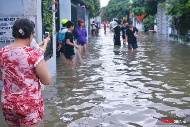 Mưa ngập lịch sử ở TP. HCM: Người dân kết bè thả ra đường, thích thú túm tụm chụp ảnh vui chơi giữa biển nước - Ảnh 9
