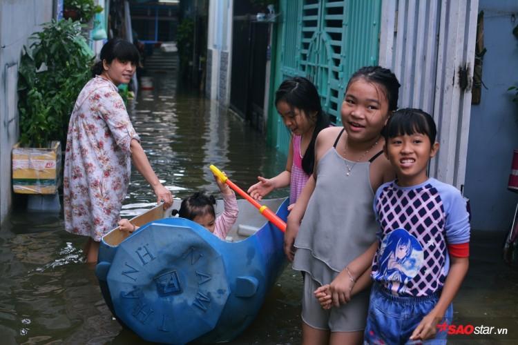Mưa ngập lịch sử ở TP. HCM: Người dân kết bè thả ra đường, thích thú túm tụm chụp ảnh vui chơi giữa biển nước - Ảnh 10