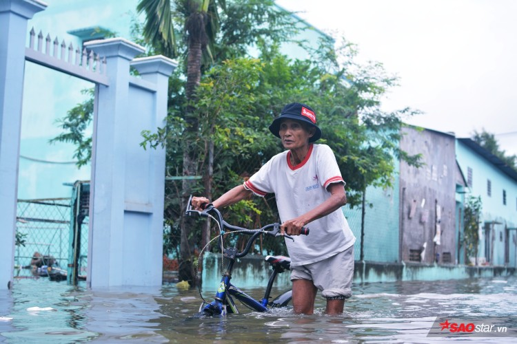 Mưa ngập lịch sử ở TP. HCM: Người dân kết bè thả ra đường, thích thú túm tụm chụp ảnh vui chơi giữa biển nước - Ảnh 11