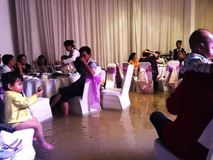 Mưa ngập lịch sử ở TP.HCM: Rắn rết bơi vào nhà, ăn tiệc cưới trong biển nước - Ảnh 3