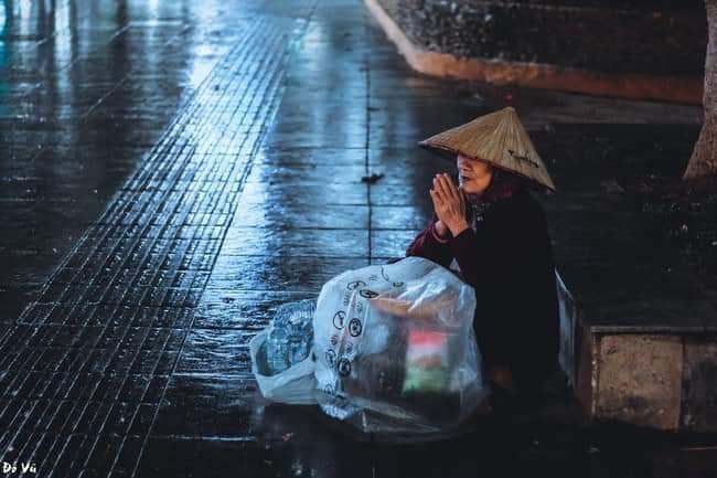 Trào nước mắt với hình ảnh dòng người mưu sinh trong mưa bão: 'Mong sao kiếp người có thể bớt đi những mối lo' - Ảnh 1