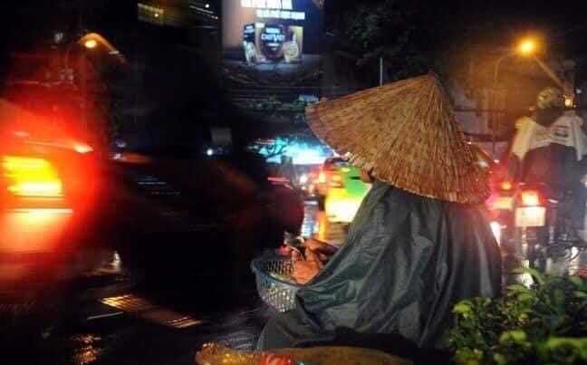Trào nước mắt với hình ảnh dòng người mưu sinh trong mưa bão: 'Mong sao kiếp người có thể bớt đi những mối lo' - Ảnh 2