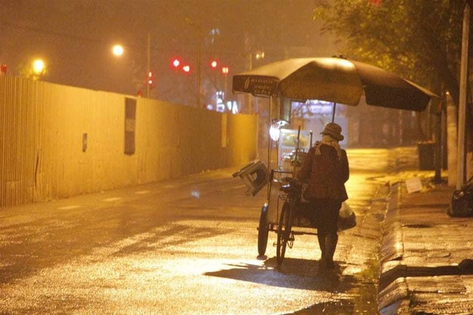 Trào nước mắt với hình ảnh dòng người mưu sinh trong mưa bão: 'Mong sao kiếp người có thể bớt đi những mối lo' - Ảnh 4