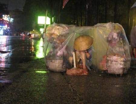 Trào nước mắt với hình ảnh dòng người mưu sinh trong mưa bão: 'Mong sao kiếp người có thể bớt đi những mối lo' - Ảnh 6