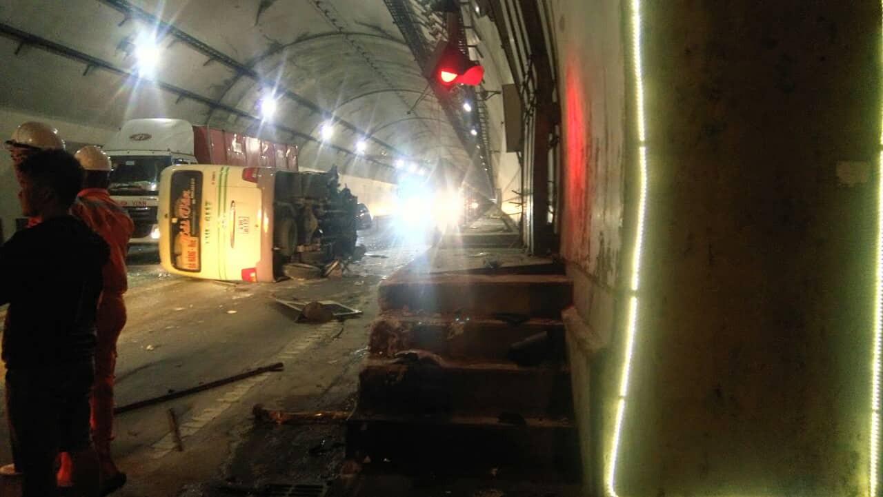 Lật xe khách tại cửa hầm Hải Vân, giao thông ùn tắc cục bộ - Ảnh 1