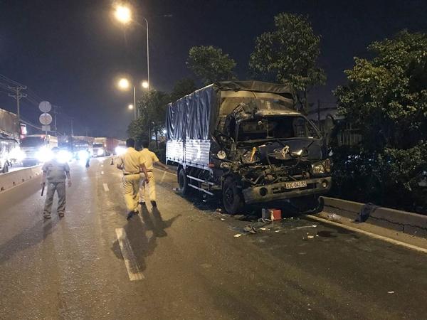 TP.HCM: Xe tải tông vào đuôi container dừng đèn đỏ, 3 người thương vong - Ảnh 1