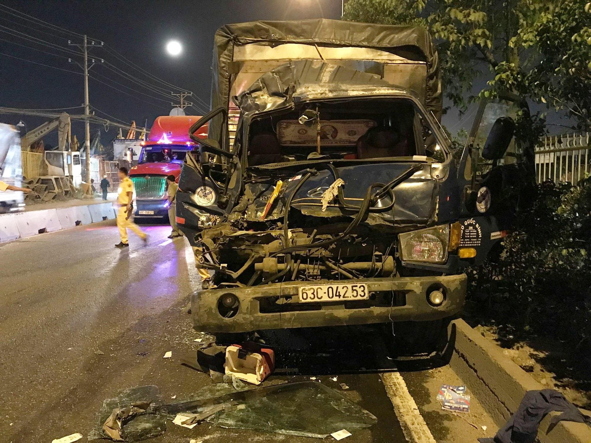 TP.HCM: Xe tải tông vào đuôi container dừng đèn đỏ, 3 người thương vong - Ảnh 2