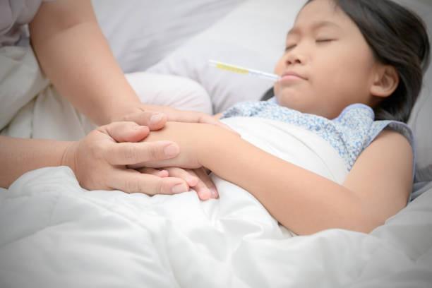 Trẻ bị cảm sốt cha mẹ đừng quá lo lắng mà hãy áp dụng ngay lời khuyên này của các bác sĩ nhi khoa  - Ảnh 2