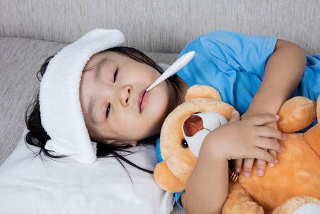 Trẻ bị cảm sốt cha mẹ đừng quá lo lắng mà hãy áp dụng ngay lời khuyên này của các bác sĩ nhi khoa  - Ảnh 4