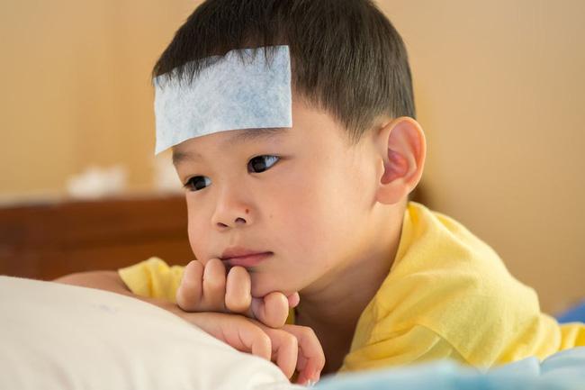 Trẻ bị cảm sốt cha mẹ đừng quá lo lắng mà hãy áp dụng ngay lời khuyên này của các bác sĩ nhi khoa  - Ảnh 5