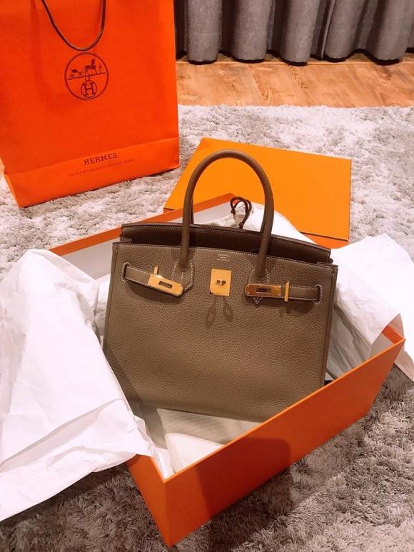 MC Thành Trung tặng túi hàng hiệu, gửi lời ngọt ngào chúc mừng sinh nhật vợ - Ảnh 1