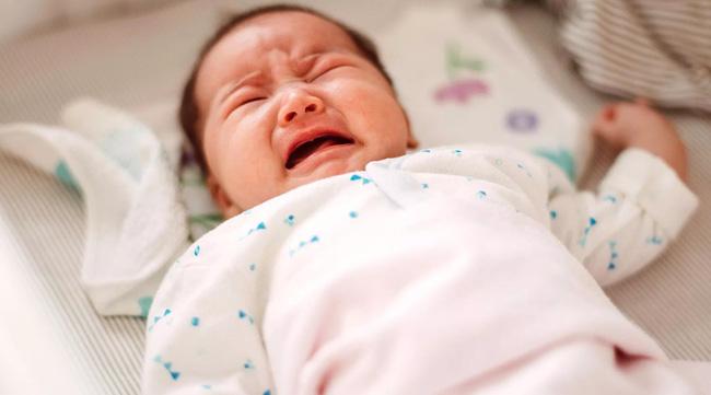 Bé trai 1 tuổi tắm xong đột ngột bị mù, đưa đến bệnh viện thì bác sĩ xác định nguyên nhân đến từ sai lầm của bà nội - Ảnh 1