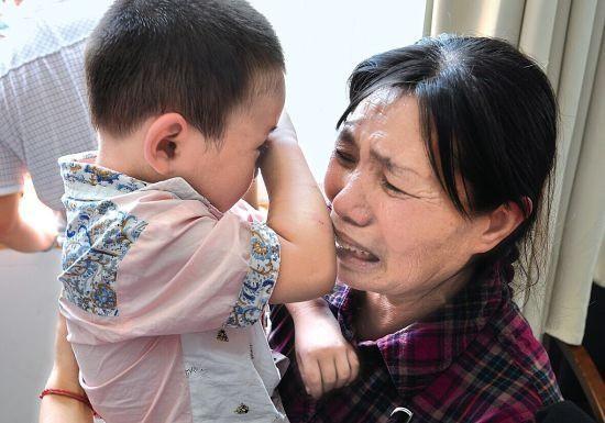 Bé trai 1 tuổi tắm xong đột ngột bị mù, đưa đến bệnh viện thì bác sĩ xác định nguyên nhân đến từ sai lầm của bà nội - Ảnh 2