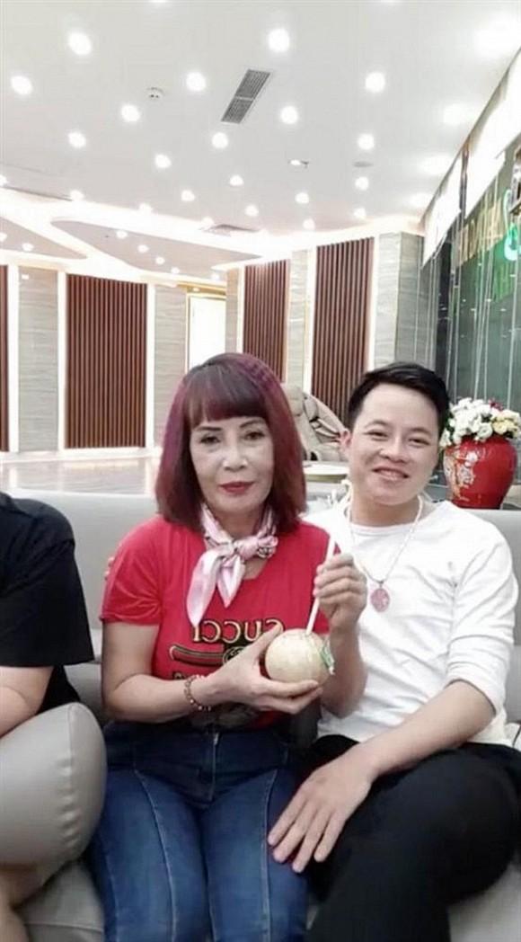 Tuổi càng cao càng mê livestream, cô dâu 62 tuổi gặp sự cố nhạy cảm khiến người xem đỏ mặt tắt vội điện thoại - Ảnh 1