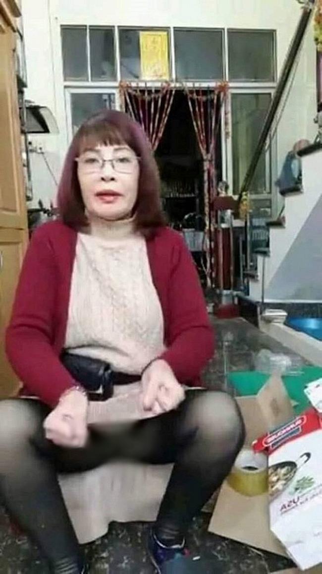Tuổi càng cao càng mê livestream, cô dâu 62 tuổi gặp sự cố nhạy cảm khiến người xem đỏ mặt tắt vội điện thoại - Ảnh 2
