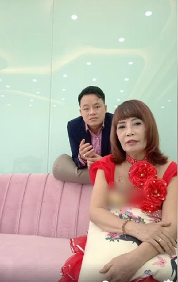 Tuổi càng cao càng mê livestream, cô dâu 62 tuổi gặp sự cố nhạy cảm khiến người xem đỏ mặt tắt vội điện thoại - Ảnh 4