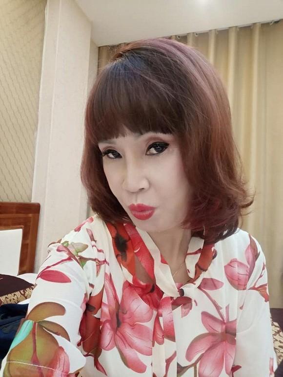 Tuổi càng cao càng mê livestream, cô dâu 62 tuổi gặp sự cố nhạy cảm khiến người xem đỏ mặt tắt vội điện thoại - Ảnh 6