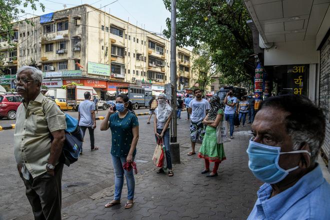 Ngày đầu tiên bị phong tỏa của đất nước 1,3 tỉ dân: Cảnh sát Ấn Độ truy lùng người chống lệnh, quất roi, bắt chống đẩy giữa phố - Ảnh 1