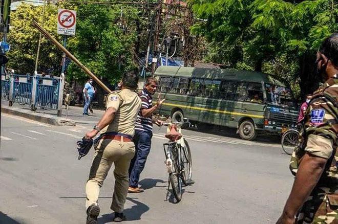 Ngày đầu tiên bị phong tỏa của đất nước 1,3 tỉ dân: Cảnh sát Ấn Độ truy lùng người chống lệnh, quất roi, bắt chống đẩy giữa phố - Ảnh 3