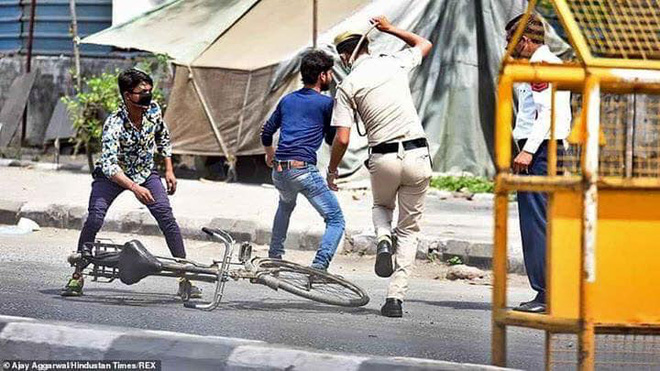 Ngày đầu tiên bị phong tỏa của đất nước 1,3 tỉ dân: Cảnh sát Ấn Độ truy lùng người chống lệnh, quất roi, bắt chống đẩy giữa phố - Ảnh 4